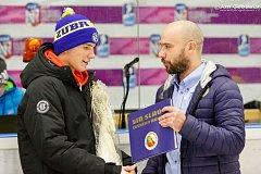 Stanislav Svozil nejmladší přijímá cenu od sportovního manažera mládeže klubu Vladimíra Kočary.