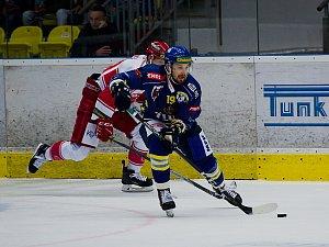 Hokejisté Přerova (v modrém) proti Frýdku-Místku. Zdeněk Čáp.