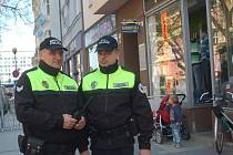 Strážníci a policisté obcházejí v těchto dnech obchodníky v centru Přerova, aby je upozornili na rizika, spojená s pochodem Dělnické strany sociální spravedlnosti. Ten projde ulicemi města prvního května.