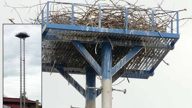 Originální podložku, která nahradila původní čapí hnízdo na komíně, vznikla v Brodku u Přerova