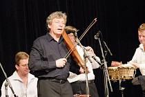 Koncert Jiřího Pavlici s populárním Hradišťanem v sále přerovského klubu Teplo
