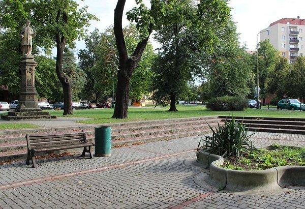 Bývalá hasičská nádrž vtěsném sousedství sochy svatého Františka Xaverského.