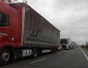 Kvůli nehodě se někteří řidiči nákladních aut rozhodli pro objízdnou trasu přes Osek nad Bečvou na Přerov. Na silnici se vytvářejí dlouhé kolony.