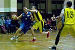 Basketbalisté Přerova (ve žlutém) v derby s Lipníkem nad Bečvou. Michal Pospíšil.