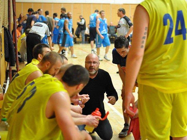 Basketbalisté Lipníku nad Bečvou (ve žlutém) přehráli béčko Prostějova a postoupili do 2. ligy.