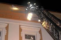 Hasiči zasahovali v pátek vpodvečer také v ulici Dr. Skaláka v Přerově, kde hrozil pád uvolněného stavebního materiálu z domu.