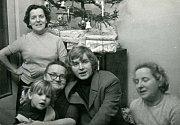 U stromečku v roce 1970. (Zleva prateta Zdena, sestra Olga, prababička Jenka, otec Pavel Novák, jeho maminka, babička Liba)