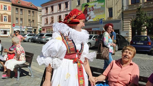 Členové přerovského folklorního souboru Haná v ulicích Přerova zvali na festival V zámku a podzámčí