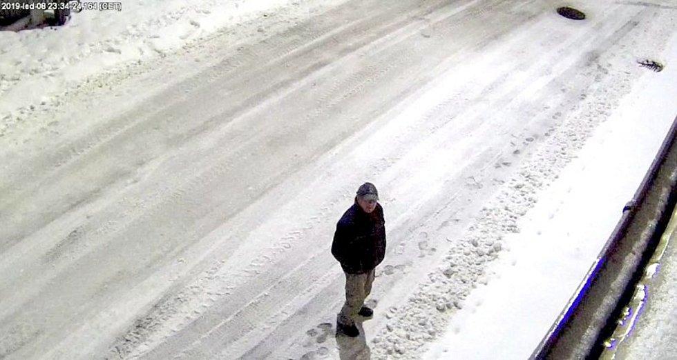 Po neznámém zloději, který se pokoušel 8. ledna vykrást benzínovou čerpací stanici v Lipníku nad Bečvou, pátrají policisté.