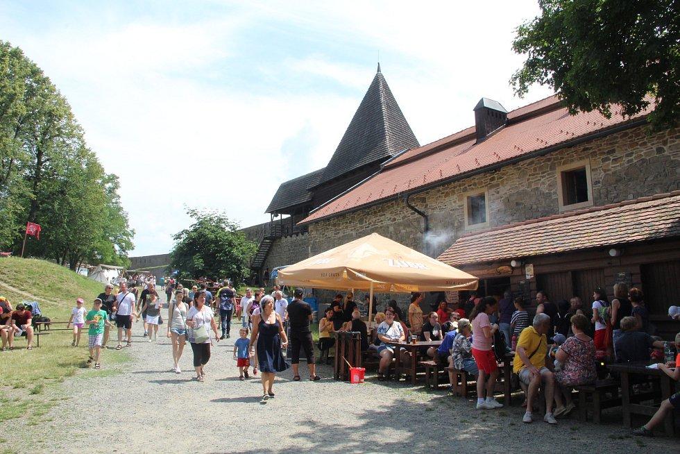 Helfštýnská pouť letos lámala rekordy - během prodlouženého víkendu prošly branami hradu tisíce lidí.