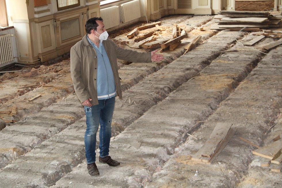 V Městském domě v Přerově to v těchto dnech vypadá jako po bombardování - stavebníci provádějí ve velkém sále i přilehlých prostorách náročnou výměnu podlahy. 28. května 2020