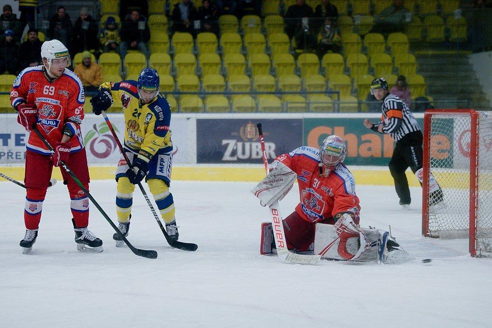Hokejisté Přerova (ve žlutém) proti Porubě.