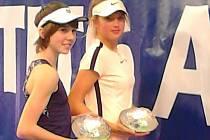 Linda Nosková (vlevo) a Linda Fruhvirtová ovládly čtyřhru prestižního turnaje ve Francii hráčů a hráček do 14 let.