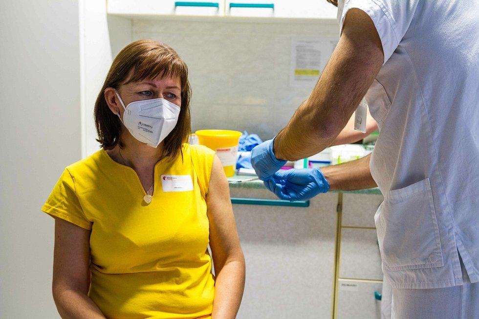 Očkování proti nemoci covid-19 v Domově pro seniory v Tovačově. Jako první přišli na řadu zdravotníci a personál. 8. ledna 2021