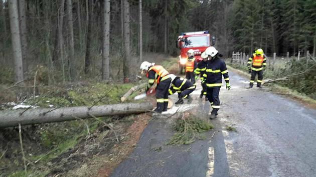 Během pondělní noci museli hasiči na Přerovsku vyjíždět k desítkám událostí, které způsobit silný vítr