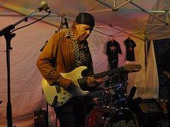 Javier Vargas, spoluhráč Carlose Santany, zahájil v úterý večer s kapelou Vargas Blues Band hudební festival Blues nad Bečvou, a to na hradbách v lokalitě Spálenec v Přerově.