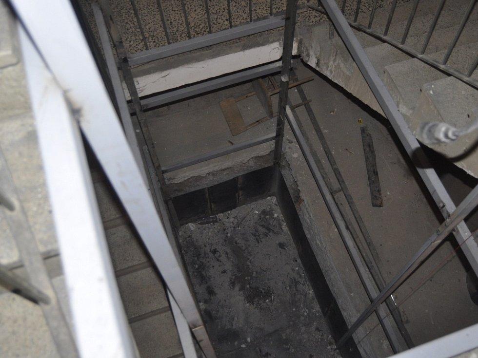 Z výšky deseti metrů spadl do výtahové šachty v ulici U Tenisu jednačtyřicetiletý muž.