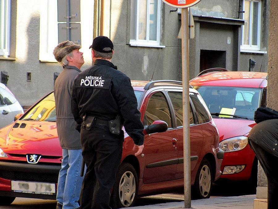 Strážníci si posvítili na šoféry, kteří nechávají auta přímo na křižovatce ulic Bartošova a B. Němcové
