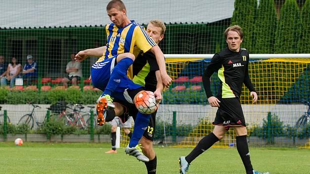 Fotbalisté Kozlovic (v pruhovaném) proti Dolnímu Benešovu
