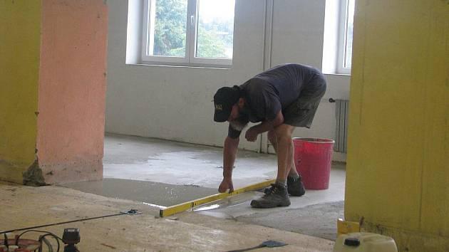 Oprava podlahy. Ilustrační foto.