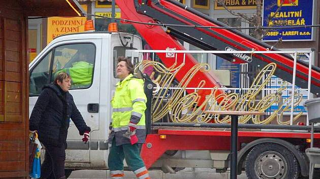 Odstraňování vánoční výzdoby z přerovského náměstí
