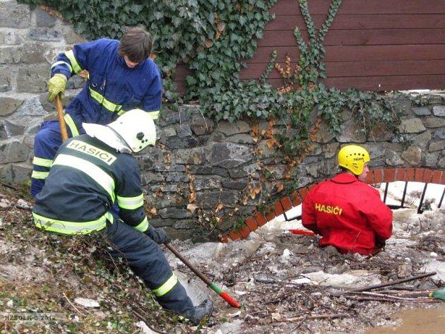 Hasiče v Lipníku nad Bečvou zaměstnaly celý víkend ledové kry, které na Hranicku a Lipnicku vytvořily osmnáct kilometrů dlouhou bariéru