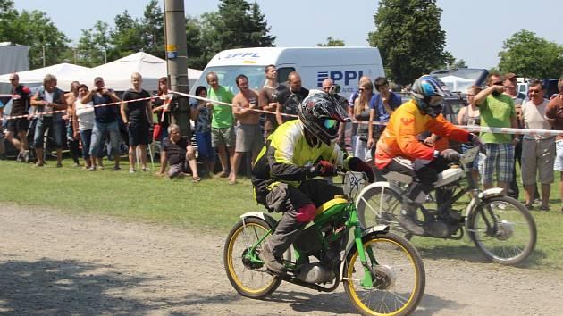 Burácení mopedů a fichtlů se ozývalo v sobotu 23. července Radslavicemi na Přerovsku, kde se konal tradiční závod Žhavé rozety.