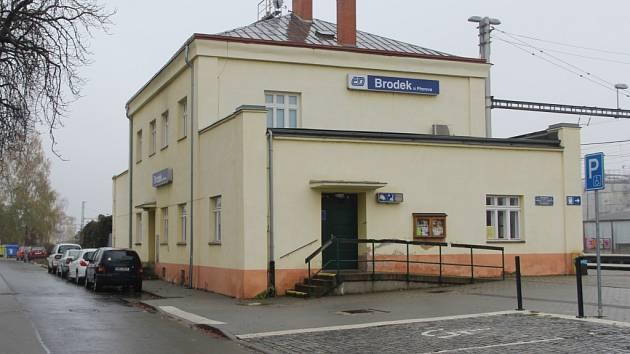 Prostor u vlakového nádraží prošel obnovou.