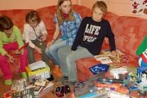 Předávání dárků dětem v Církevním dětském domově Emanuel ve Staré Vsi