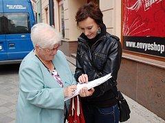 """Přerované se v těchto dnech podepisují pod petici za stavbu dálnice D1 z Říkovic do Přerova. Jejich podpisy """"loví"""" přímo v centru města studentky středních škol"""