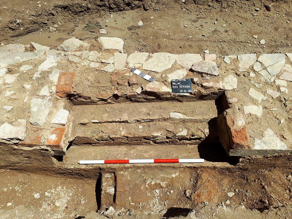 Detail schodiště, odkrytého vmístě vstupu do hospodářského přístavku. Základy objektu byly nalezeny při výzkumu renesančního paláce na Helfštýně.