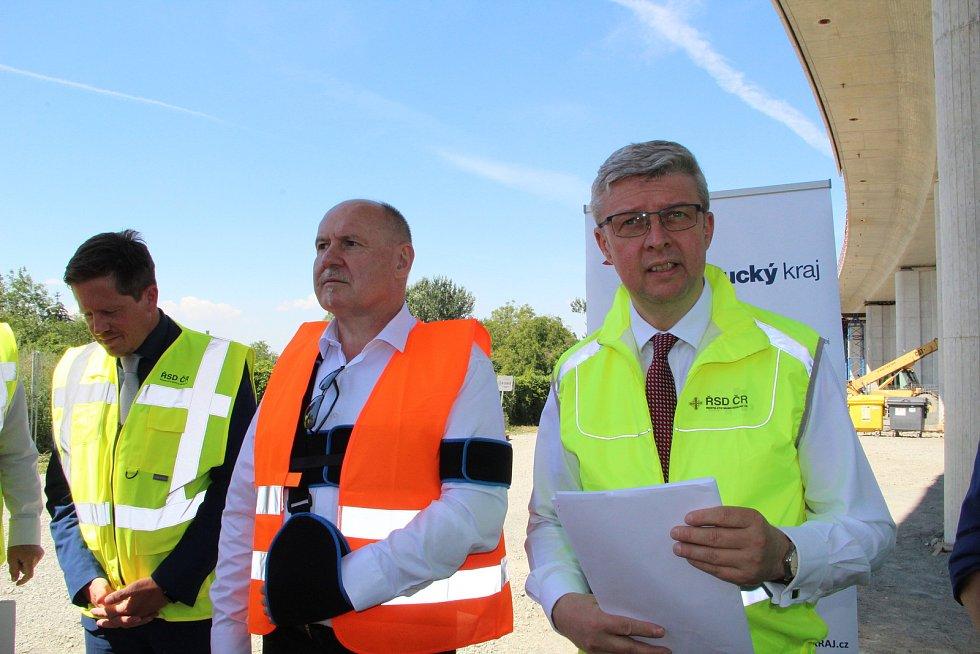 Ministr dopravy Karel Havlíček (vpravo) si přijel prohlédnout, jak postupují klíčové dopravní stavby v Přerově. 30.7.2020