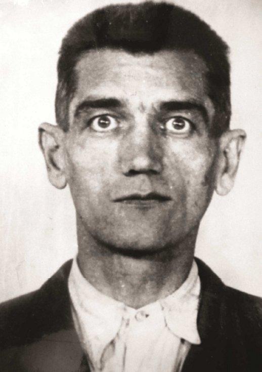 Vrah a jeho oběť.  Jednou z jednadvaceti obětí Přerovského povstání, které zemřely na střelnici v Olomouci-Lazcích, byl i vrchní strážmistr František Vitásek (v uniformě).  Popravu tehdy vedl Franz Langer, zástupce velitele olomouckého gestapa.
