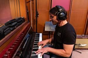 Nejmladší syn zpěváka Pavla Nováka Tomáš v sobě muzikantské geny nezapře. Je talentovaným hudebníkem, který kromě hry na bicí a klavír také zpívá.
