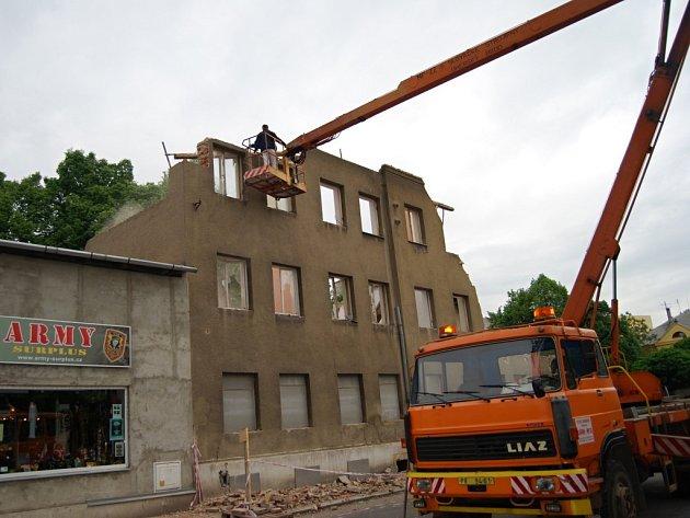 Ve Škodově ulici v Přerově se konečně začalo něco dít. Stavební firma pokračuje v demolici polorozbořeného domu, který ohrožuje kolemjdoucí.