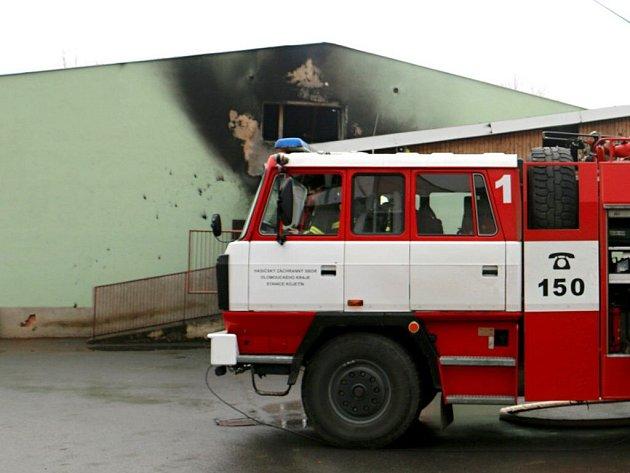Hasiči zasahují u požáru v porodně prasat v Kojetíně