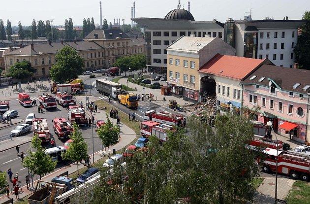 Nehoda vKramářově ulici vPřerově. Kamion narazil do jednoho zdomů