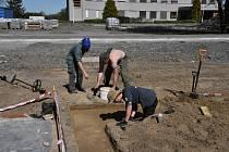 Členové archeologického týmu u přerovské nemocnice během preparace neolitické vrstvy zdoby prvních zemědělců.