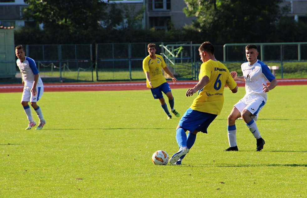 Úvodní kolo divize E nabídlo derby v Přerově mezi domácí Viktorkou (v bílém) a Kozlovicemi.