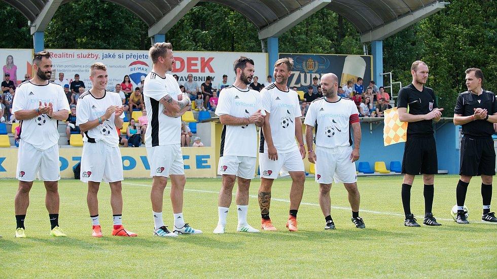 Benefiční fotbalové utkání v Kozlovicích mezi výběrem Kopaček (v bílém) a Hokejek (v červeném)