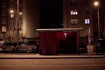 Velikonoční výzdoba zastávky u Bečvy v Přerově je letos jiná - místo jásavých barev září do tmy kříž.