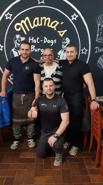 Kouzelník Michal Zapletal. S kamarády a Zdenkem v Bistru