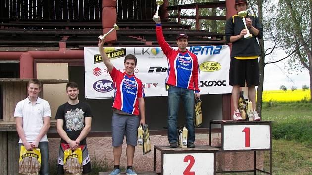 Stupně vítězů. Pavel Procházka byl druhý, Matěj Popelka třetí.
