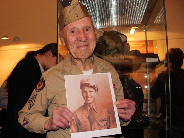 Ve stejné vojenské uniformě jako před sedmdesáti lety a se snímkem zdob svého mládí. Jeden zpřímých účastníků největší letecké bitvy konce druhé světové války Hjalmar Johansson vPřerově.