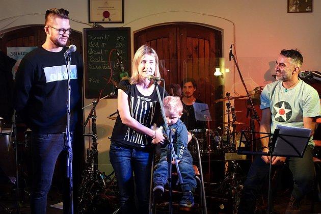 Ziniciativy Petra Kadlece se odehrál benefiční koncert, jehož výtěžek věnoval na asistenčního psa pro chlapce svrozeným kombinovaných handicapem.