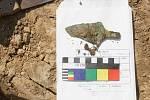 K posledním nálezům archeologů v Předmostí patří i kostrové hroby z pozdní doby kamenné. Na snímku je detail měděné dýčky, nalezené v jednom z hrobů.
