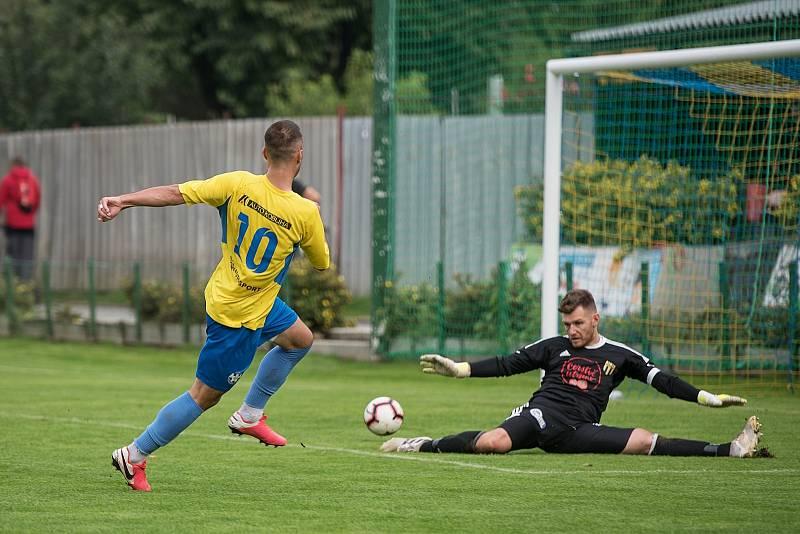 Fotbalisté Kozlovic (ve žlutém) proti Strání. Tomáš Strašák otevřel skóre