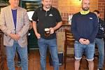 Tour Hokejky na pivu v pivnici U Labutě. Miloš Říha, Tomáš Pluháček a Vladimír Kočara (zleva)