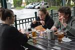 Zahrádky přerovských restaurací otevřely i v nevlídném počasí, 17. května 2021