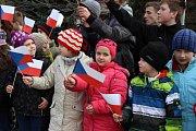 Čekání na prezidentův příjezd do Hradčan